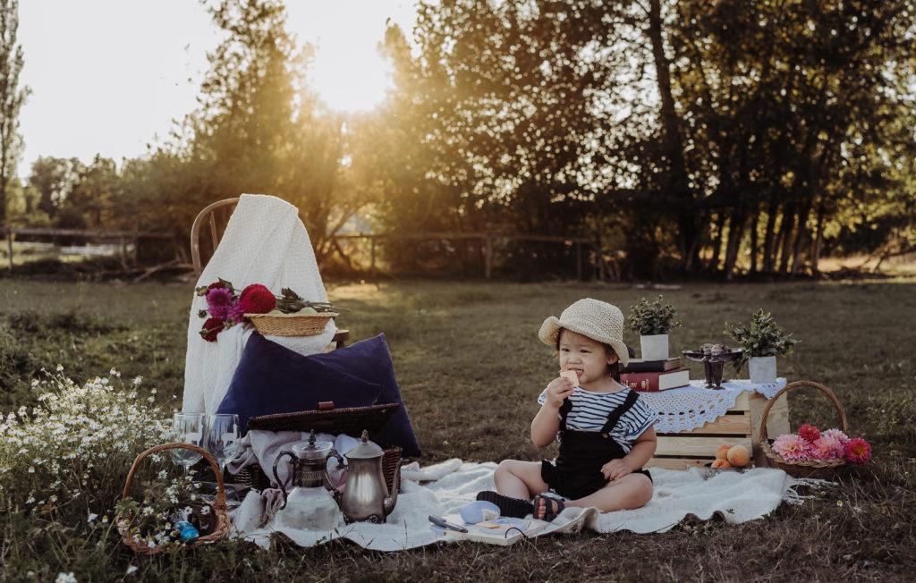 kid picnic photshoot sunset eating cheese