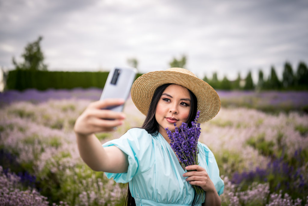Glamouraspirit with Huawei P40 Pro in Silver Frost at Lavender Field