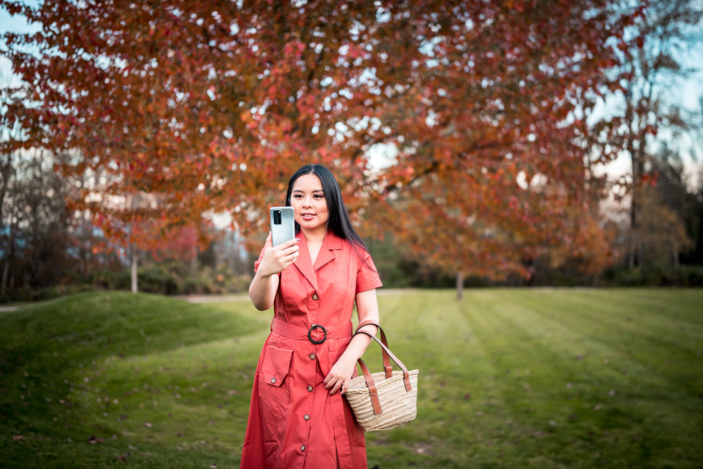 Glamouraspirit holding huawei p40 Pro in blue frost with Autumn leaves